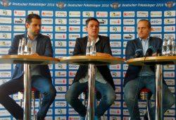 Trainer Norman Rentsch, Moderator Roman Knoblauch und Manager Kay-Sven Hähner (v.l.) bei der HCL-Pressekonferenz. Foto: Jan Kaefer