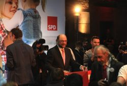 Gewimmel auf der Bühne, frenetischer Jubel schon vorher - dann gehts los. Martin Schulz in Leipzig. Foto: L-IZ.de
