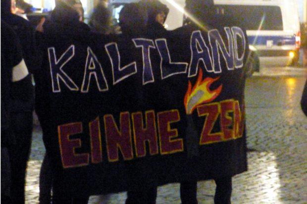 Kaltland Reisen ar auch dabei und organisierte den Gegenprotest. Foto: Lucas Böhme