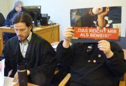 """""""Das reicht mir als Beweis!"""": Der Angeklagte mit seinem Anwalt Jürgen Kasek. Foto: Lucas Böhme"""