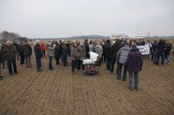 Am 8. Februar trafen sich - parallel zur Ratsversammlung -rund 70 Rückmarsdorfer bei eisigen Temperaturen auf dem geplanten Abbaugelände, um gegen den Kiesabbau zu protestieren. Foto: BI Rückmarsdorf