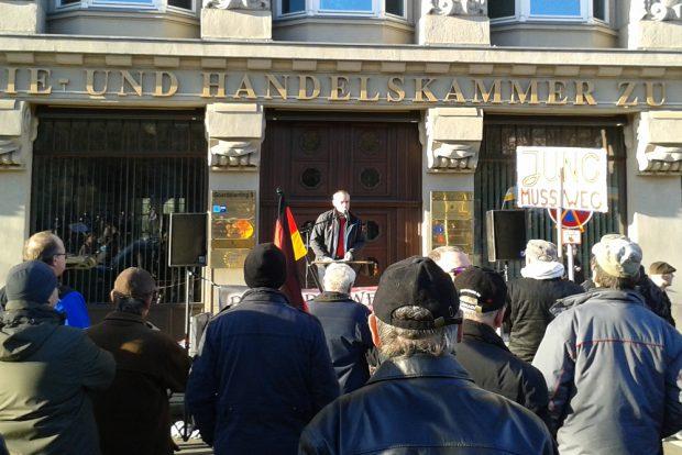Versammlungsleiter Thomas Festerling vor etwa 60 Zuhörern. Foto: René Loch