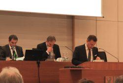 Alle rechnen noch mal zusammen – passt, Haushalt beschlossen. Foto: L-IZ.de