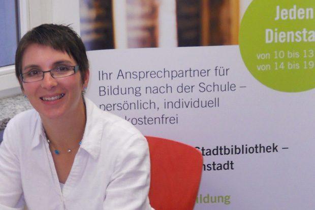 Bildungsberaterin Dorit Richter in der Stadtbibliothek. Foto: Stadt Leipzig