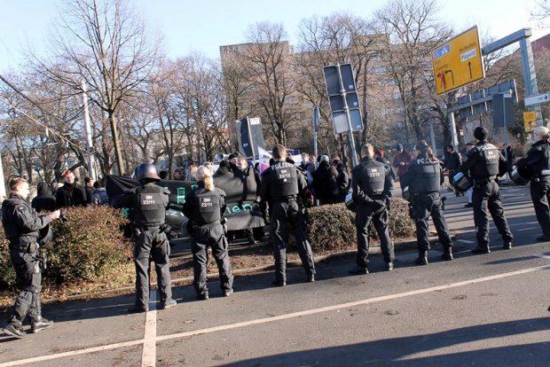Eine der Gegendemos am 04.02.2017 am Goerdelerring. Foto: Andreas Bernatschek