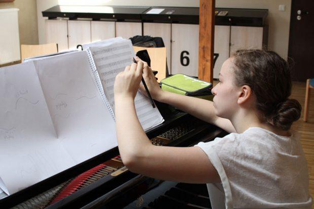 Musik selbst erfinden 2016 – Teilnehmerin beim Komponieren. Foto: forum thomanum Leipzig e. V.