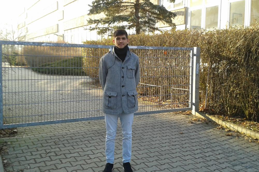 Luan vor dem verschlossenen Tor der Max-Klinger-Schule in Grünau. Foto: René Loch
