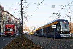 XXL-Straßenbahn in der Windmühlenstraße. Foto: Ralf Julke