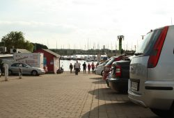 Kleiner Parkplatz am Zöbigker Hafen. Foto: Ralf Julke