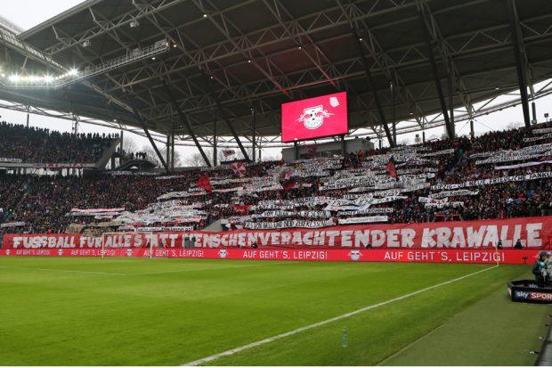 Vor Anpfiff zeigten die RBL-Fans als Reaktion auf die Ereignisse in Dortmund zahlreiche Banner. Foto: GEPA pictures/Sven Sonntag