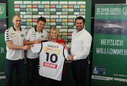 Maximilian Janke, Cheftrainer Christian Prokop, Geschäftsführer Karsten Günther und die leitende Apothekerin Kirsten Fritsch. Foto: SC DHfK