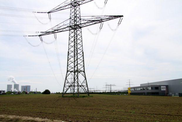 Strommast bei der Zwenkauer Solarion-Niederlassung. Foto: Matthias Weidemann
