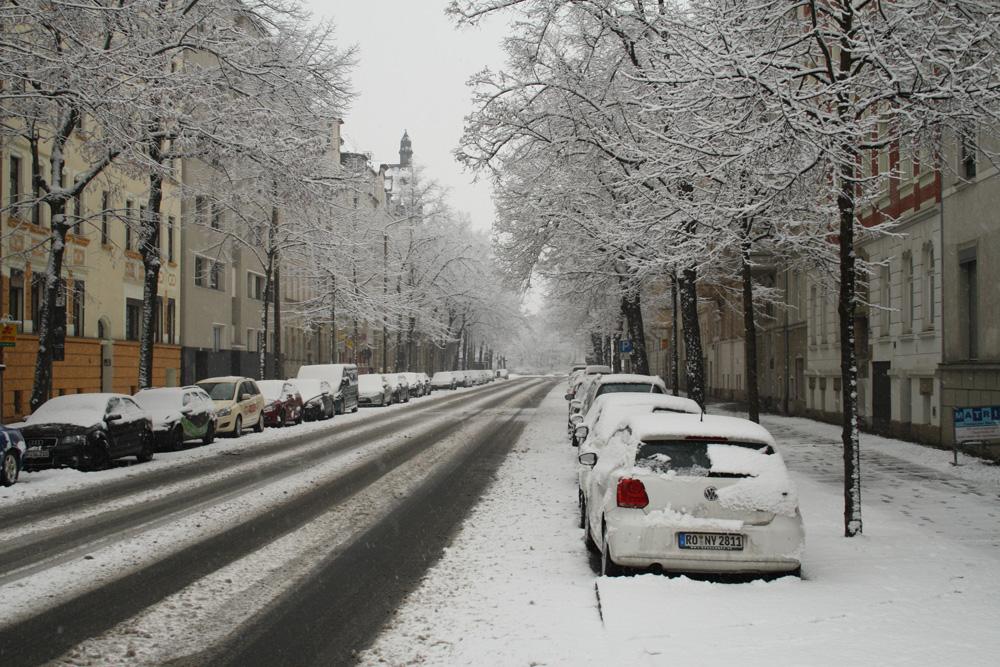 Winterliche Straße in Leipzig. Foto: Ralf Julke