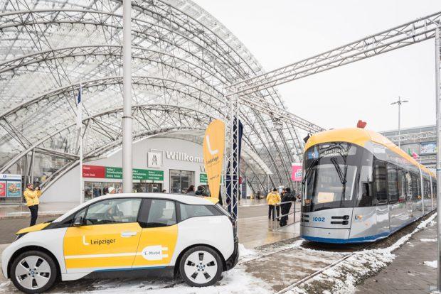 Die XL bei Eis und Frost vor der Glashalle der Leipziger Messe. Foto: LWB