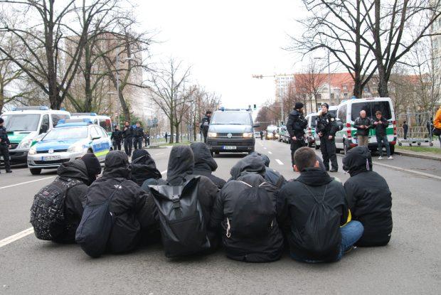 Eine kleine Sitzblockade vor dem Eintreffen der Neonazis auf der Str. d. 18. Oktobers. Foto: L-IZ.de