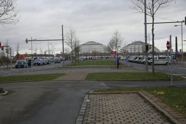 10:55 Uhr Die Polizei steht an der Semmelweisbrücke bereit, Die Rechte fehlt noch. Foto: L-IZ.de