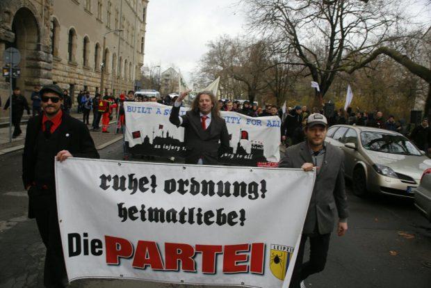 11:15 Uhr: Thomas Kuno Kumbernuß hat seine Anhänger von Die PARTEI im Griff. Foto: L-IZ.de