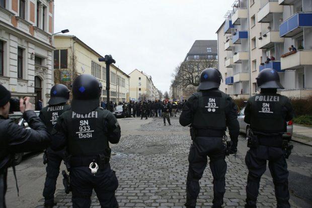 1140 Uhr Ein paar Versuche der Provokation. Antifas wollten sich nicht an die offizielle Route von LnP halten und wurden von der Polizei gestoppt. Foto: L-IZ.de