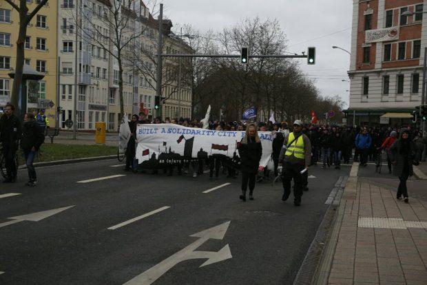 11:45 Uhr Platz nehmen auf dem Weg zur Endkundgebung. Foto: L-IZ.de