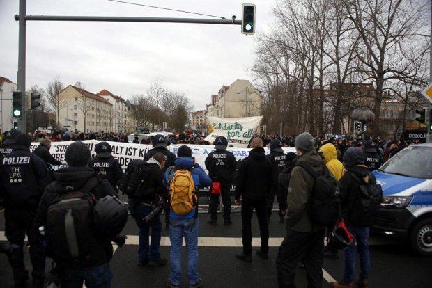 12:00 Uhr Die Abschlusskundgebung von Leipzig nimmt Platz. Foto: L-IZ.de