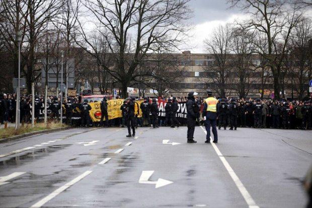 13:30 Uhr: Gegenprotest an der Semmelweisstraße. Foto: L-IZ.de