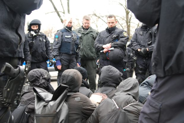 Unter den kritischen Blicken der Beamten wurde diskutiert - bleiben oder gehen? Foto: L-IZ.de