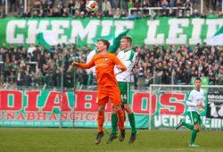 Vor dem Leutzscher Norddamm als Kulisse steigen Robert Rode (Inter) und Tim Bunge (Chemie) zum Kopfball hoch. Foto: Jan Kaefer