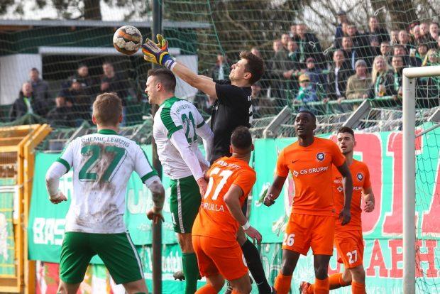 Bei diesem Luftduell mit Tommy Kind (Chemie) zog sich der erst neu ins Spiel gekommene Inter-Keeper Herbert Schötterl eine Knieverletzung zu. Foto: Jan Kaefer