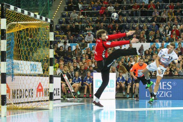 DHfK-Keeper Jens Vortmann trieb die Gäste schier zur Verzweiflung. Hier scheitert Niclas Barud mit einem freien Wurf am Leipziger. Foto: Jan Kaefer