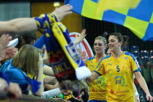 Der Dank an die Fans. Auch hier führt die neue HCL-Kapitänin Alexandra Mazzucco ihr Team an. Foto: Jan Kaefer