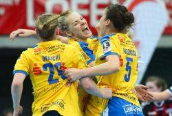 Michelle Urbicht, Shenia Minevskaja und Alexandra Mazzucco (v.l.) bejubeln den sechsten HCL-Bundesligasieg in Folge. Foto: Jan Kaefer
