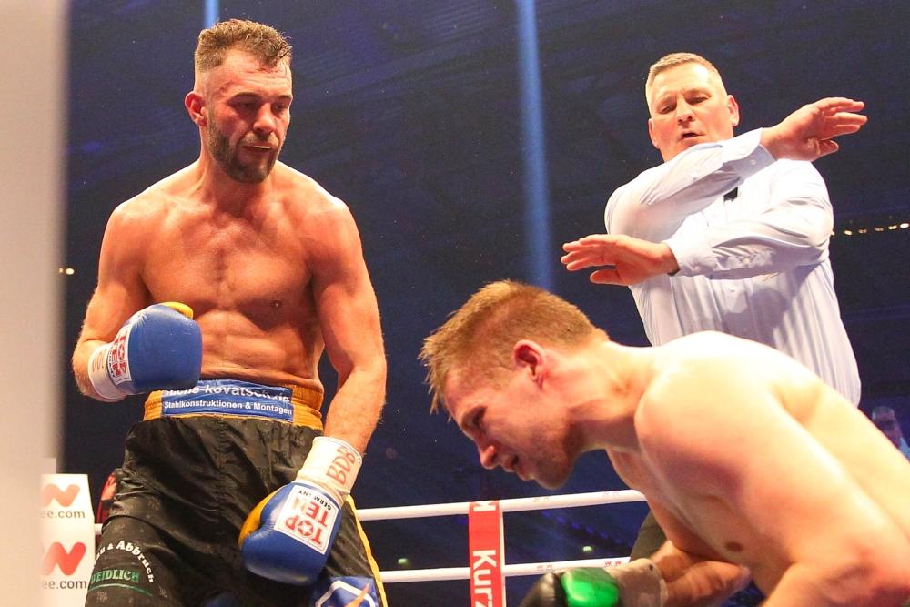 Schluss. Aus. Dominic Bösel zwingt den Finnen Sami Enbom in die Knie und erweitert seine Gürtelsammlung. Foto: Jan Kaefer