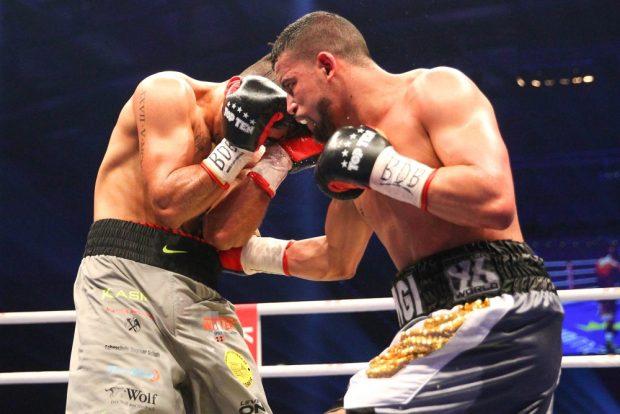 Einstimmig: Phillip Nsingi (re.) besiegte Kasim Gashi im Kampf um die Internationale Deutsche Meisterschaft im Weltergewicht. Foto: Jan Kaefer