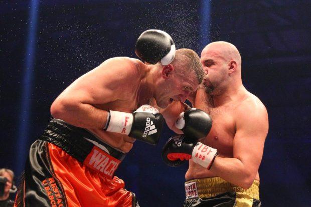 Einstimmig: Der Pole Mariusz Wach (li.) triumphiert im Schwergewicht über Erkan Teper. Foto: Jan Kaefer
