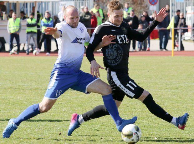 Felix Brügmann (re.) schoss mit seinem Elfmeter den 1. FC Lok ins Pokalfinale. Foto: Bernd Scharfe