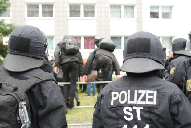 Und ab über die Absperrung und zum Gegenprotest. Foto: L-IZ.de