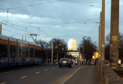 Auf der Jahnallee stadteinwärts. Wer ein Abo-Ticket kauft, kauft ab 1. August teurer. Foto: L-IZ.de