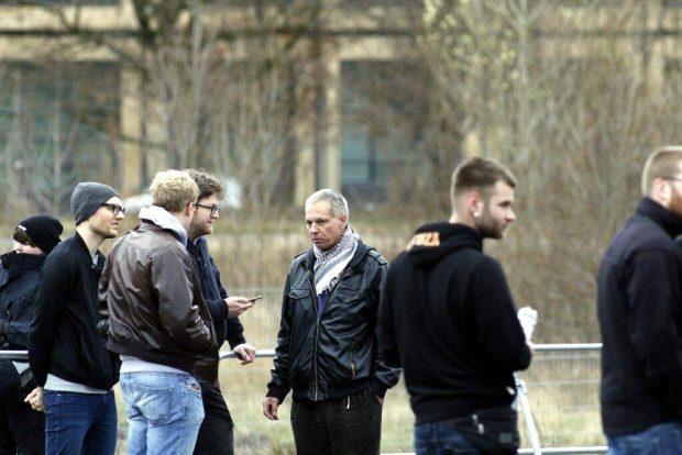 Bis zur Strecken-Ablehnung am OVG Bautzen noch der Meinung, durch Connewitz laufen zu können. Christian Worch (mitte), Bundesvorsitzender der Partei Die Rechte. Foto: L-IZ.de