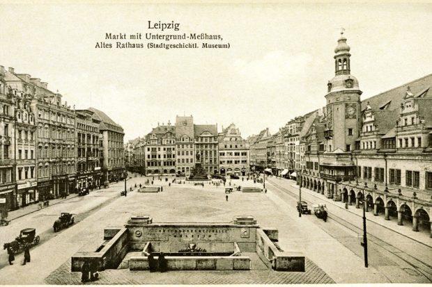 Der Leipziger Marktplatz um 1920, fast alles schon so, wie heute. Nur Automobile und Pferdedroschken sind noch gemeinsam unterwegs. Bild: Pro Leipzig Verlag