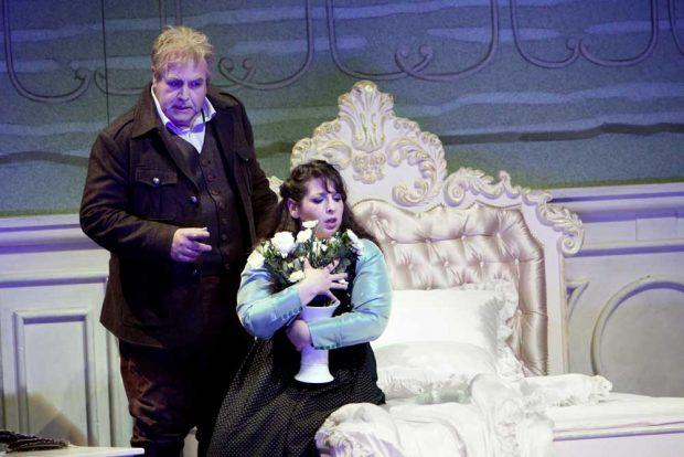 Bevor Max (Thomas Mohr) seine Agathe (Gal James) heiraten darf, muss er den Probeschuss erfolgreich absolvieren. Foto: Ida Zenna