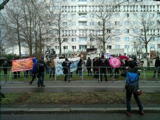 Am Anfang einige, dann schwillt die Menge immer weiter an, je näher die Neonazis dem Bayerischen Platz kommen. Gegenprotest an der Straße des 18. Oktobers. Foto: L-IZ.de