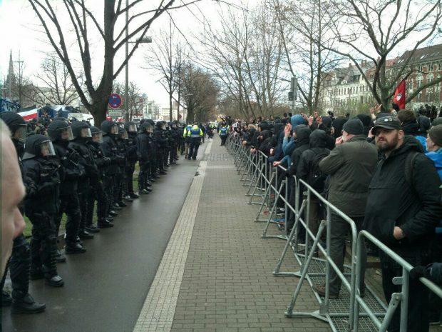 Gegenprotest an der Straße des 18. Oktobers kurz vor dem Bayerischen Bahnhof. Foto: L-IZ.de