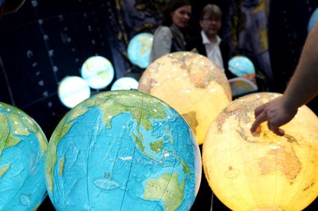 Neben der ganzen Welt der Bücher üben auch Globen nach wie vor Faszination aus Foto: Sebastian Beyer