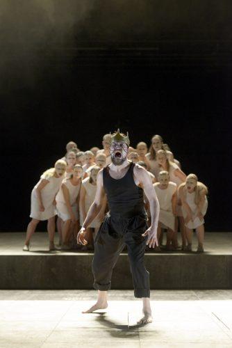 Die Maßnahme/ Die Perser. Felix Axel Preißler als Xerxes und der Chor. Foto: Schauspiel, Bettina Stöß