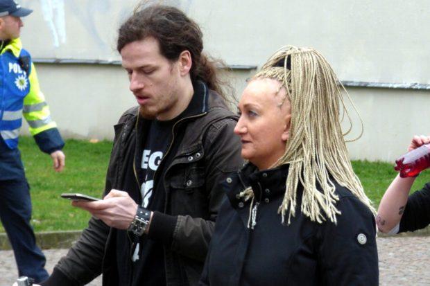 Jürgen Kasek und Irena Kokot auf der Gegendemonstration von Leipzig nimmt Platz. Foto: L-IZ.de