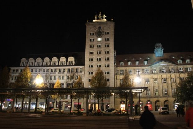 Und da steht es heute - erbaut mitten in einer Wohnungsdebatte ähnlich der heutigen. Das Kroch Hochhaus am Augustusplatz. Foto: L-IZ.de