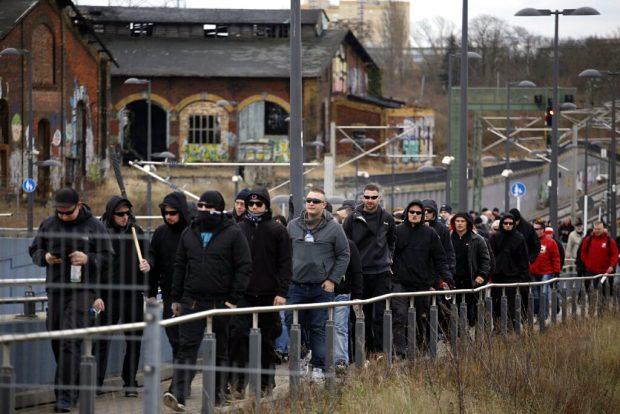Kurz nach 12 in Deutschland. Die Rechten sind an der SBahn-Station MDR angekommen. Foto: L-IZ.de