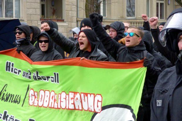 """Laut aber wenig Inhalt. """"Die Rechte"""" marschiert mit 150 Teilnehmern kurz um den Block. Foto: L-IZ.de"""