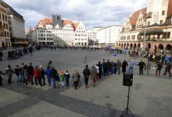Ein erstes Treffen auf dem Leipziger Marktplatz. Pulse of Europe in der Messestadt. Foto: Lucas Böhme