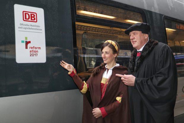 """Mitteldeutsches S-Bahnnetz wirbt für Jubiläum """"500 Jahre Reformation"""" – Katharina von Bora und Martin Luther. Foto: DB AG/Jörg Bönisch"""